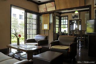 Photo: 一階の応接間は広さ十畳。食堂に続く三枚の引き戸を取り払い、