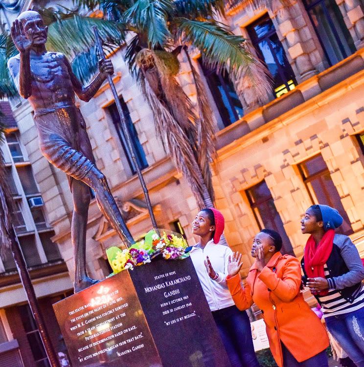 Kaapstad kry 'n standbeeld van 'rassistiese' Gandhi, alhoewel die meeste dit nie wil hê nie - DispatchLIVE