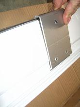Photo: El toldo va colgado como un cuadro, se mete la pestaña por la parte superior y se atornilla por la inferior (la foto está al revés).