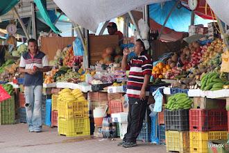 Photo: Puesto de frutos en el puerto que llegan de Venezuela