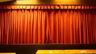 Photo: Le rideau va s'ouvrir sur ...