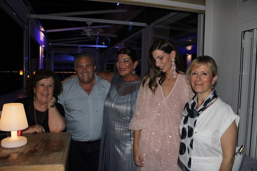 Jara y su madre junto a los propietarios de Maracas y su madrina.
