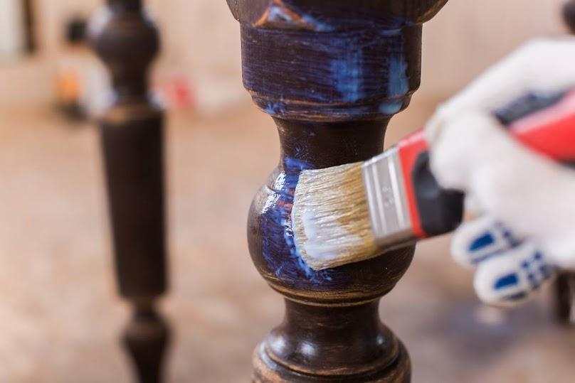 Lakierowanie starego drewnianego stołu - renowacja mebli