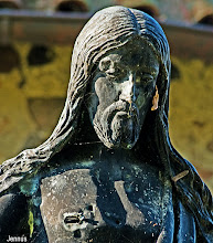 Photo: von Schüssen durchlöcherte Christusfigur in Mecklenburg (Bertel Thorvaldsen)