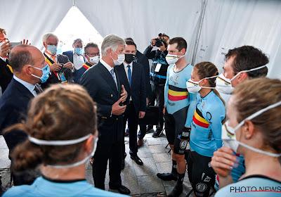 Koning Filip spreekt Belgische ploeg en wereldkampioen Martin toe na WK mixed relay te volgen met Eddy Merckx