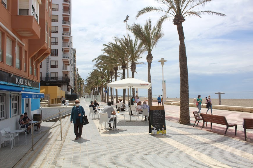 Disfrutando de las terrazas del Paseo Marítimo.