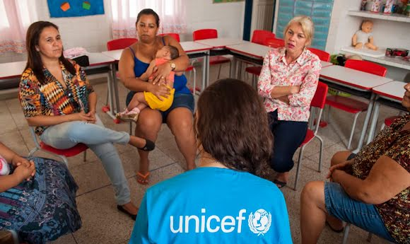 A UNICEF field worker converses with a circle of at-risk mothers to raise awareness around the Zika outbreak.