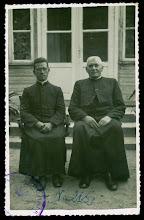 Photo: Kunigas J. Jarašiūnas ir vikaras Vl. Šlevas (kairėje). Fotografas nežinomas. 1939 m.