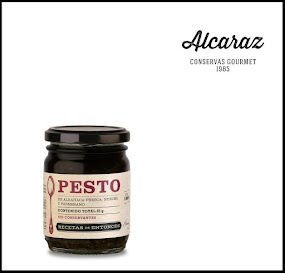 Pasta a base de albahaca fresca con queso parmesano, nueces, ajo fresco y oliva
