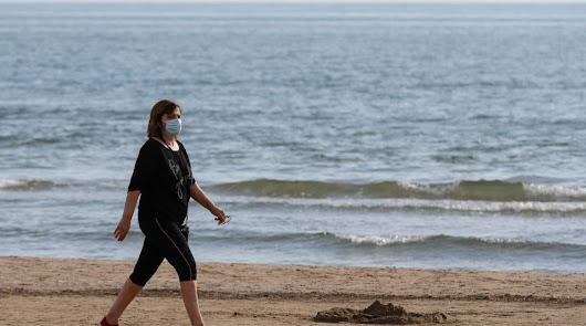 """La transmisión del virus en playas y piscinas es """"muy poco probable"""""""