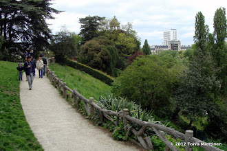 Photo: Betonista aitaa puistokäytävän reunalla