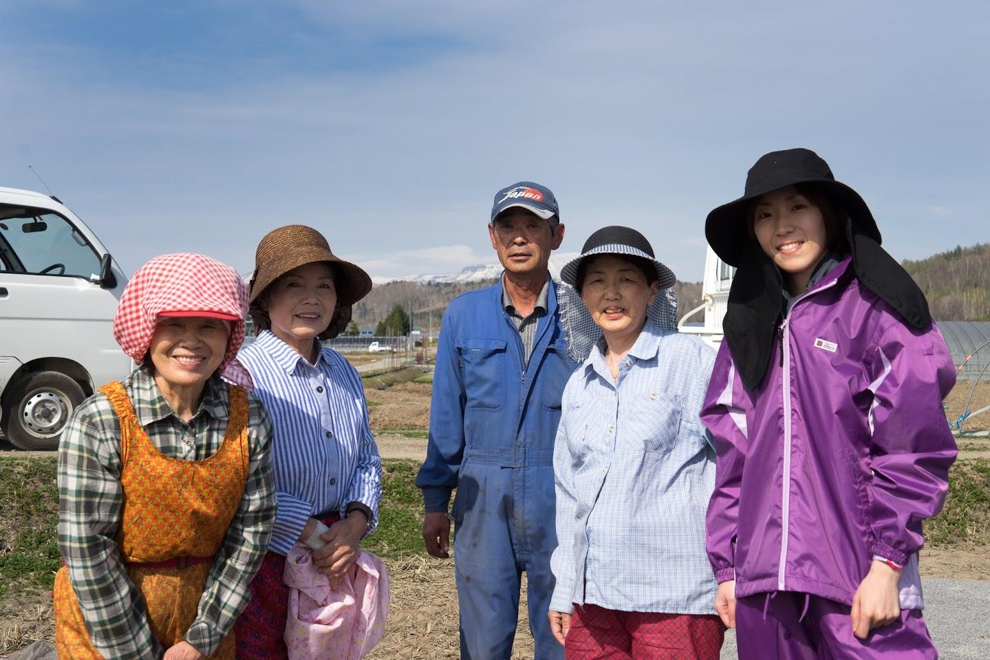 ひまわりスイカ担当の西野利幸理事・元気なお母さん達・農業実習生(右)
