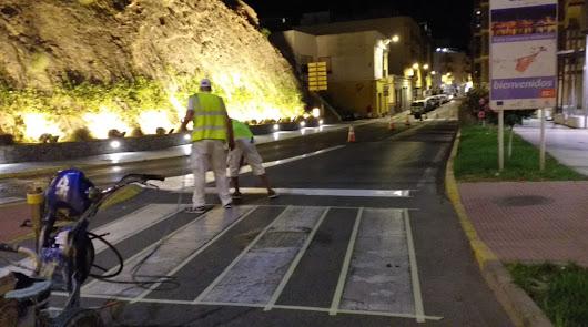 Adra mejora la seguridad vial con el repintado de la señalización horizontal