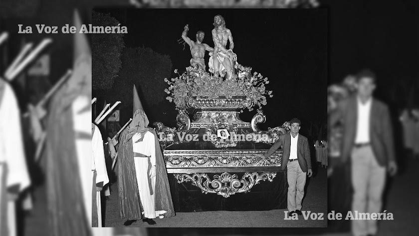 El Cristo de la Columna se estrenó en la Semana Santa de 1961. Salió desde el patio de la Escuela de Formación, con sus alumnos como penitentes.