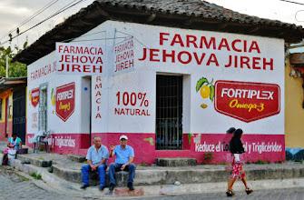 Photo: Apotheke in Apaneca: Die Wände als Werbefläche