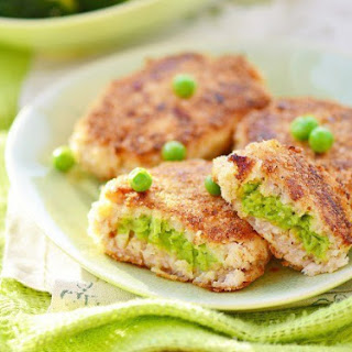 Diet Fish cutlets with green peas.