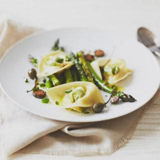 Quick Pesto Tortellini with Asparagus & Capers