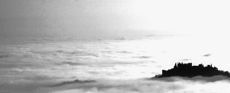 A foggy castle di SIGNOS