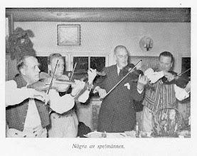 Photo: Spel-Arvid Karlsson, Konrad Ericsson, Ivar Hultström o Gustaf Wetter. Fest på Flenmo 1946(?). Bild ur skriften Mellösa på Barnens dag 1950.