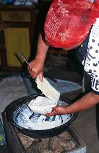 Photo: 03216 ブルド/バスハダール家/ウルム(乳製品)作り/乳に小麦粉を入れて火にかけ、杓子ですくいながら泡を立てる。火を止めて放置し、翌日にウルムができる。
