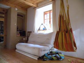 Photo: Místo sedačky jsme nakonec koupili futón, protože má příjemný design a snadno se rozloží na dvojpostel...