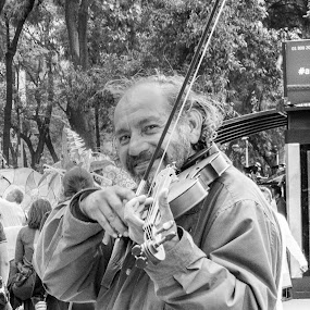 Street Violinist by Pilar Gonzalez - Black & White Portraits & People ( black and white, street musician, gentle smile, look at me, street photography,  )