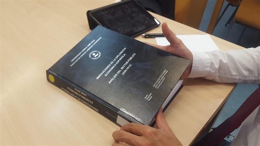 Ejemplar de la tesis de Pedro Sánchez consultada este miércoles por periodistas