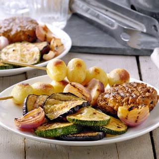 BBQ pestoburgers met gegrilde groenten en krielspiesjes