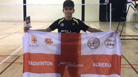 Asier Torres con la bandera de Almería.
