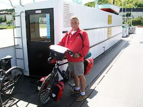 Photo: 4e Dag, zondag 19 juli 2009: Sankt Goar - Leeheim Afstand totaal: 90,7 km, Totaal gereden 390 km. Op de pont bij Nierstein