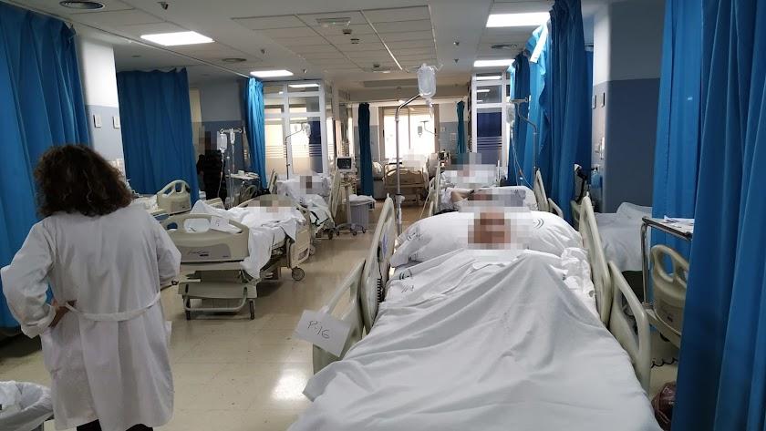 Camillas de Observación en el pasillo en el hospital universitario de Torrecárdenas.