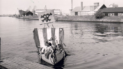 Photo: 1950-erne. Kong Neptun ankommer til Odense Roklub for at døbe kaninerne. Foto Else Villadsen.