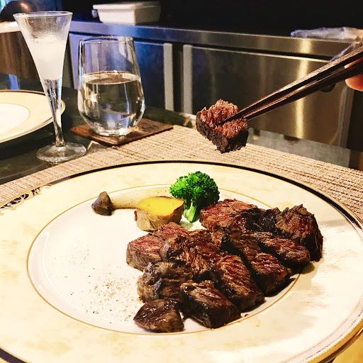 沒有預約就吃不到的餐廳,完美呈現食材的精緻風貌,為了帶給大家溫暖的環境及穩定的品質,餐廳是可以容納8~9人的 VIP 包廂,提供了不受干擾的用餐環境,享受高級的服務與餐點