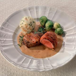 Hirschsteak mit Bacon und Edelpilz-Portwein-Sauce