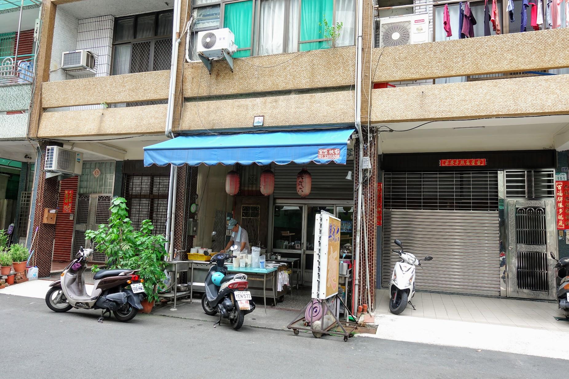 興武六麵館,離四維行政中心很近,就在旁邊而已..