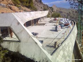 Photo: Encuentro entre muro lateral y frente inclinados. Perspectiva lateral exterior.