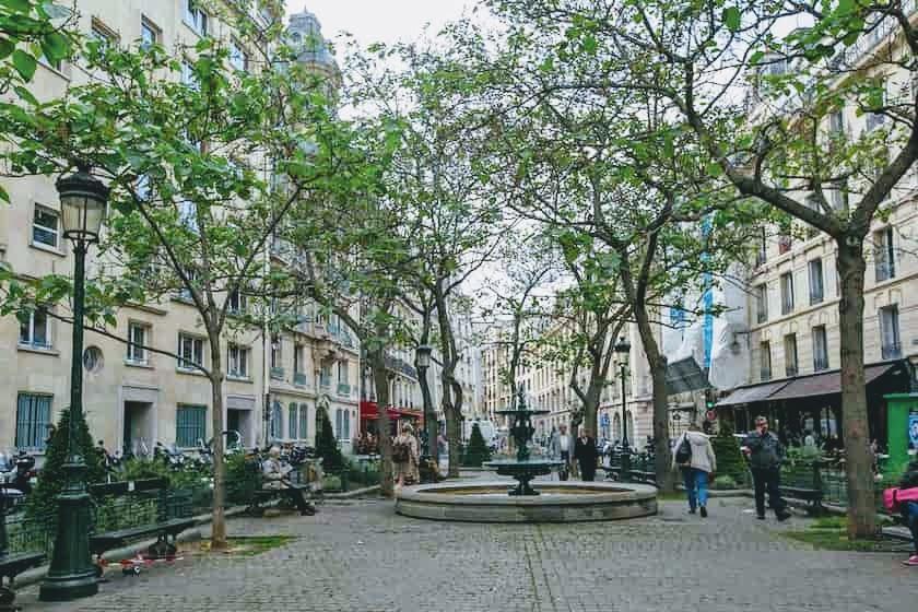 エミリー、パリへ行く エミリーの自宅前の広場