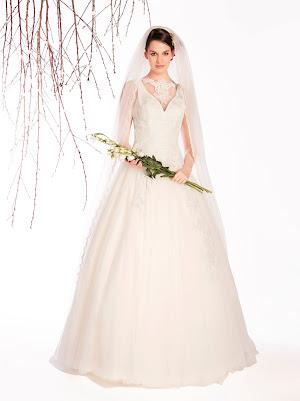 Robe de mariée princesse Elégance, sans manches avec un joli décolleté v par transparence et une dentelle raffinée