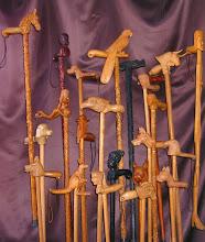 Photo: Estos bastones no son una mera pieza de adorno, pues el autor los usa habitualmente para pasear. Obsérvese que algunos de ellos tienen una minuciosa talla incluso en el palo. El bastón con el puño con forma de cabeza de dragón está tallado en madera de ébano; el de cabeza de mujer africana, sin embargo, imita el ébano pero la madera es pintada. || Talla en madera. Woodcarving.   Puedes conocer más de este artista en el blog: http://tallaenmadera-woodcarving-esculturas.blogspot.com/