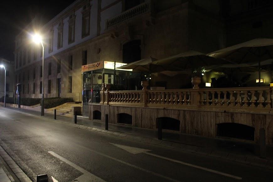 El pub Canta la Gallina cerrado a cal y canto.