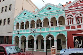 Photo: Banco de Caribe en el centro de Willemstad, Curazao