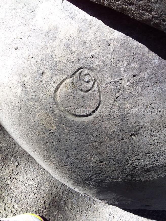 門のもう一方の一番下の石。これは何だ?
