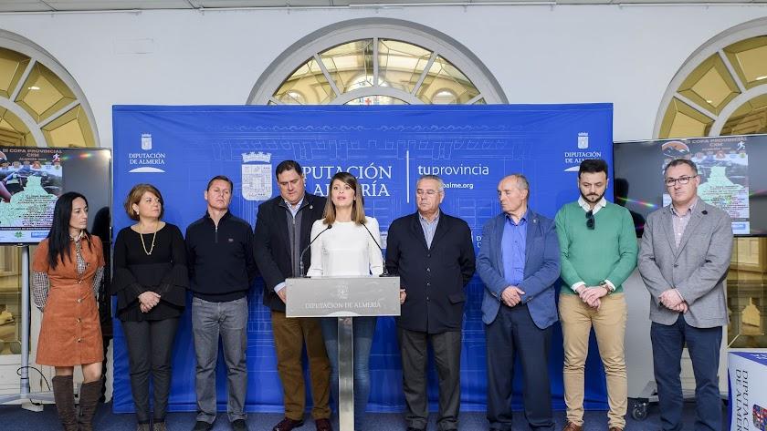 Ángeles Martínez, acompañada por los organizadores de cada una de las pruebas.