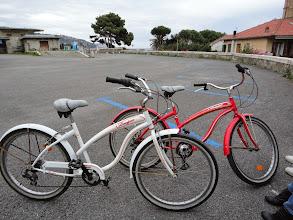 Photo: Arrivée en fin de piste au bout d'une heure, pour presque 18 kilomètres. Ici on voit les vélos de Marie-Jo (le blanc) et Brigitte C (le rouge) -- regardez bien ce qui est écrit dessus...