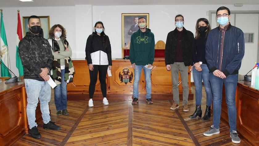 Entrega de cheques a jóvenes Erasmus de Pulpí en el ayuntamiento.