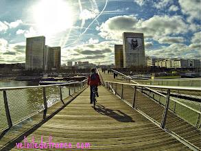 Photo: Traverser la Seine pour rejoindre la Rive Gauche par ce pont du 21ème siècle, la passerelle Simone de Beauvoir -e-guide balade à vélo de Bercy Village à Notre-Dame par veloiledefrance.com