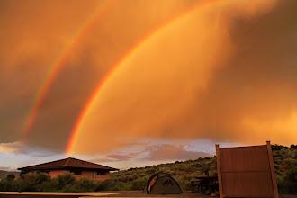 Photo: Après l'orage au loin, ce spectaculaire double arc-en-ciel! Nous avions un superbe site de camping au bord du Blue Mesa Reservoir.