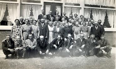 Photo: reisvereniging Naweg v.l.n.r. vooraan: Egbert Nijhof, Lucas Greving, Jan Poelman, Jan de Jonge, Jan Mennega, Roel Zwiers, Jan Leiting, Jans Oosting en Kees Eilert? Tweede rij: Eppie Eilert-De Jonge, Hendrikje Greving, Gretha Vedder-Klinkhamer, Geert Vedder, Froukje Zwiers-Oosting, Peeitie Zwiers-Venema, Geert Wilbers, iets daarvoor Hendrikje Wilbers-Heersping, Jenj Oosting-Warring, Lena Kamping Rozenveld, Femmigje Enting-Onrust, Geert Hilbrands. Daar boven: Jacob Vedder, Jan Sloots, Jantje Sloots-Vos, Jantje Lamberts-Kleef, Roelfien Vedder-Lanjouw, Roelfien Kerkveld-Boes, Lucas Heiminge, Marchien Nijhof-De Jonge, ?? , Geert Enting Daar tussen naar boven: Thie Zwiers, Annie de Jonge-Meiborg, Gina Kamping-Hovenkamp, ?? ,Annechien Heiminge-Van Rossum, Willemtje Buutkamp, Hendrik Buutkamp, Fennie Mennega-Bruins. Bovenaan: Jacobus Lamberts, Frits de Jonge, Klaas Jan Kamping, Roelof Kerkveld, Rieks Martens, Lena Martens-Torenbos, Aaltje Martens-Raven en ??