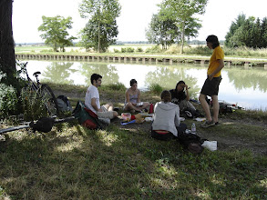 Photo: Pique-nique au bord du canal