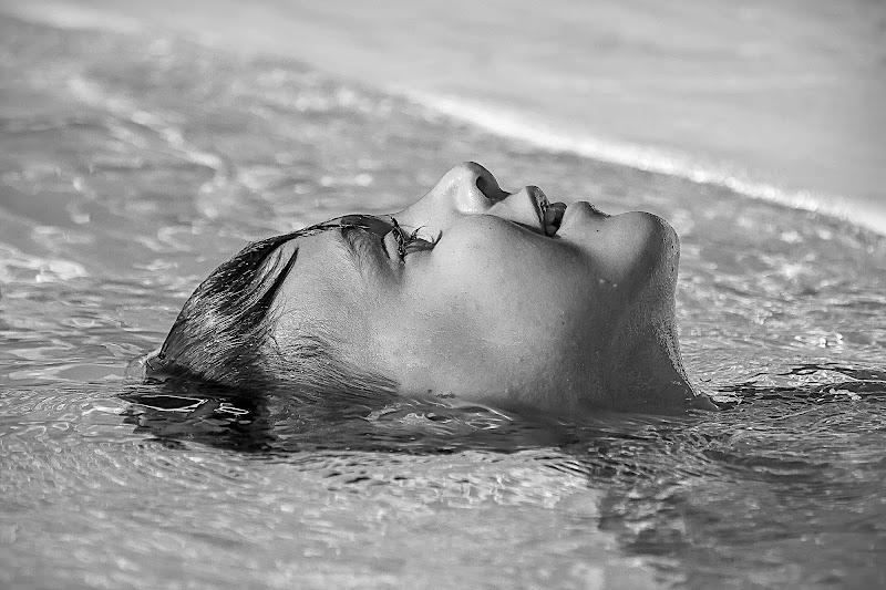 dentro e fuori dall'acqua, galleggiando di utente cancellato